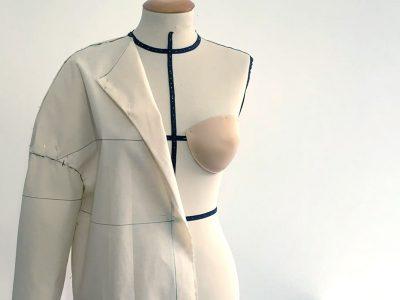 Giacca maxi con giromanica sceso realizzata con il moulage